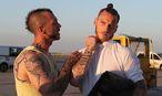 ÖFB-Kicker Marko Arnautovic (rechts) am Flughafenn Wien mit einem Fan / Bild: GEPA pictures