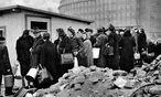 Hungerne Bevölkerung in Hamburg, 1946 / Bild: (c) imago stock&people (imago stock&people)