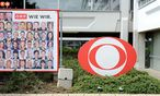 Das ORF-Logo vor dem ORF-Zentrum am Küniglberg. / Bild: Clemens Fabry