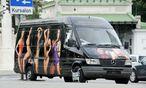 Ein Kleinbus erregt Aufmerksamkeit: Ein Bordellbesitzer provoziert mit seinen Bussen Verkehrsstrafen – um möglichst viel Werbung zu machen. / Bild: Die Presse