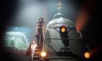Mit irrem Gebrüll in den Sozialismus: Hanna Plaß (vorn) und Astrid Meyerfeldt auf dem Triebwagen der Russischen Revolution. / Bild: Thomas Aurin