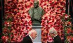 James Fraser Stoddart erhält von Schwedens König Carl XVI. Gustav den Chemie-Nobelpreis. Im Hintergrund Alfred Nobel.  / Bild: APA/AFP/SOREN ANDERSSON