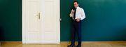 """Schwarzenegger vor Erwin Wurms """"Wandpullover"""" im Konferenzsaal der steirischen Landesregierung. / Bild: (c) Clemens Fabry"""
