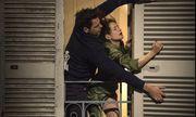 Nur beim Schließen der Fensterläden ist der Mann stark in diesem Film: Isabelle Huppert mit Laurent Lafitte als attraktivem Nachbarn.  / Bild: (c) Filmladen