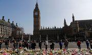 Vor dem britischen Parlament gedenken viele Menschen der vier Opfer des Anschlags. / Bild: REUTERS