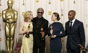 Oscar winners Blanchett Freeman Swank and Foxx pose backstage at Academy Awards in Hollywood. / Bild: (c) REUTERS (Reuters Photographer / Reuter)