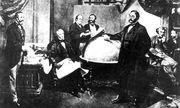 William H. Seward (sitzend mit Stift) und Eduard de Stoeckl (stehend, vorne) vollziehen den ''Alaska Purchase'' / Bild: (c) imago/United Archives International