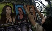 An activist placed a Eine Aktivistin hängt Plakate von Gewaltopfern auf.of photojournalist Ruben Espinosa on a fence during a demonstration against the murder of the latter and four other women, outside the Government of Veracruz building in Mexico City / Bild: (c) REUTERS (� Henry Romero / Reuters)