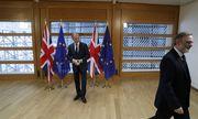 Der britische Botschafter Tim Barrow (rechts) übergab EU-Ratspräsident Tusk das offizielle Austrittsgesuch der britischen Regierung – und verließ den Raum. / Bild: (c) REUTERS (YVES HERMAN)