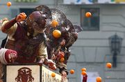 Members of a rival team are hit by oranges during an annual carnival orange battle in the northern Italian town of Ivrea / Bild: (c) REUTERS (STEFANO RELLANDINI)