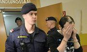 Einer der neun Angeklagten am Dienstag im Straflandesgericht Wien. Alle neun aus dem Irak stammenden Männer wurden streng bewacht aus der U-Haft vorgeführt. / Bild: (c) APA/HERBERT PFARRHOFER