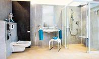 Freier Zugang zur Dusche statt Stolperrand – hier umgesetzt von Artweger. / Bild: (c) Pfluegl/Artweger