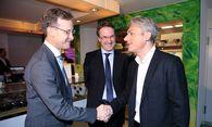 Die beiden Gastgeber im Gespräch mit Erik Testor / Bild: RE/Michael Sazel