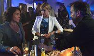 Tatort: Lena Odenthal (Ulrike Folkerts, li.) möchte vom Barkeeper (Christopher Buchholz, re.) Informationen über seine Gäste in der Tatnacht / Bild: (c) ORF (Alexander Kluge)