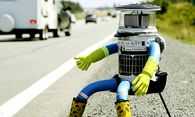 The anthropomorphic robot named hitchBOT sits on the shoulder of Highway 102 to begin its 6000 kilometer cross country journey outside of Halifax / Bild: (c) REUTERS (� Paul Darrow / Reuters)