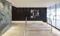 Betonskelettbau von 1978, frisch generalsaniert und umgebaut: Das Fifty Five nimmt formale Anleihen an der früheren Fassade und zeigt sich drinnen großzügig. / Bild: Gregor Titze