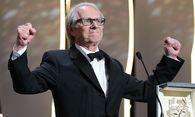 Ken Loach mit seinem goldenen Palmwedel / Bild: APA/AFP/VALERY HACHE