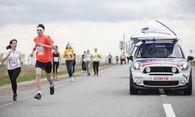 """Läufer werden vom """"Catcher Car"""" eingeholt. / Bild: (c) Red Bull Media (Pavel Sukhorukov)"""