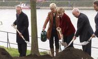 Merkel pflanzt wachsendes Denkmal / Bild: (c) Reuters (RTV - KEINE BESCHRÄNKUNGEN, OCT)