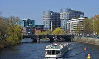 Bürozeile an der Spree in Berlin / Bild: (c) imago/Schöning