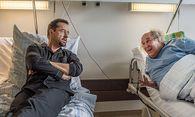 Prof. Boerne (Jan Josef Liefers) mit seinem Zimmernachbar Ulrich Göbel (Josef Ostendorf, r)  / Bild: (c) WDR/Filmpool Fiction/Wolfgang En
