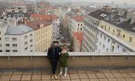 Nikolas Heep und Mia Kim auf dem Dach des Pfeilheims 3a. Dahinter erstreckt sich der Strozzigrund. / Bild: (c) Schoiswohl