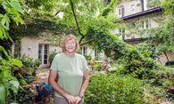 """Die pensionierte Lehrerin Friederike Friedmann im üppig begrünten Innenhof """"ihres"""" Hauses. / Bild: (c) Dimo Dimov"""