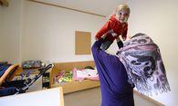 Eine frau mit ihrem Kind im Asyl-Übergangsquartier / Bild: (c) APA/HANS KLAUS TECHT (HANS KLAUS TECHT)