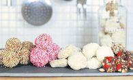Kalte Kekse: Michaela Russmanns Weihnachtskugerln, Kokosbusserln und Eiskonfekte werden gekühlt statt gebacken.  / Bild: (c) Jochen Russmann/Rohgenuss