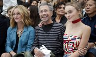 French singer Vanessa Paradis, her daughter Lily-Rose Depp and French artist Jean-Paul Goude attend the Spring/Summer 2016 women´s ready-to-wear collection for fashion house Chanel in Paris / Bild: (c) REUTERS (CHARLES PLATIAU)