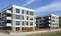 Die ersten frei finanzierten Eigentumswohnungen in der Gisela-Legath-Gasse, links im Hintergrund das Ziegelbauprojekt. / Bild: (c) wvg Bautäger GmbH (Bernhard J. Holzner)