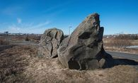 Dieser Elfenstein liegt in der Nähe der isländischen Hauptstadt Reykjavik. / Bild: APA/AFP/HALLDOR KOLBEINS