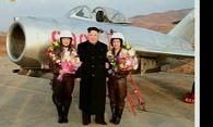 Kim fotografiert Kampfpilotinnen / Bild: (c) Reuters (Reuters, NOV 28 KRT, NOV 28)