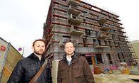 Hampl und Konecny vor ihrem Projekt: Noch dominieren Gerüste den Bau, im Juli soll aber eingezogen werden. / Bild: (c) DIMO DIMOV