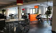 Coworking im Start-up-Campus Factory in Berlin. Etablierte Unternehmen finanzieren den Büroplatz der Gründer mit. / Bild: (c) factory