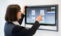 Bip-online-Bildschirm in einem Hauseingang. Das Tool ermöglicht die interaktive Kommunikation mit den Bewohnern. / Bild: (c) PETER BUCHEGGER/bip-online