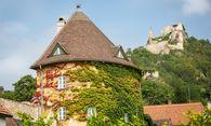 Der Wehrturm, eines der Wahrzeichen von Dürnstein, steht zum Verkauf. / Bild: (c) Gmeiner Immobilien