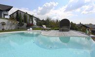 Im Trend: Naturstein, der den Pool bündig einfasst. Gefragt: die Eleganz der einfachen Form. / Bild: (c) Kramer&Kraner, Katsey
