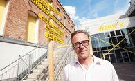 Thomas Desi, künstlerischer Leiter der neuen Musiktheatertage Wien, und das Werk X im Hintergrund. / Bild: (c) Dimo Dimov