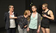 Ein eingespieltes Ensemble bringt Nöte und Eitelkeiten rund um das Helfen auf die Bühne. / Bild: (C)  Aktionstheater-Ensemble