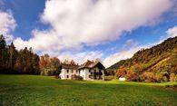 Diese Jagdvilla am Hinteren Langbathsee in OÖ (l.) wird derzeit aufwendig renoviert und soll dann vermietet werden. / Bild: (c) ÖBF Archiv/ David Sailer IMAGES  studio@davidsailer.com