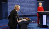 Republican U.S. presidential nominee Trump speaks as Clinton listens during presidential debate at Hofstra University in Hempstead / Bild: (c) REUTERS (RICK WILKING)