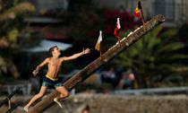 A child tries to grab a flag on the ´gostra´, a pole covered in grease, during the religious feast of St Julian, patron of the town of St Julian´s / Bild: (c) REUTERS (DARRIN ZAMMIT LUPI)