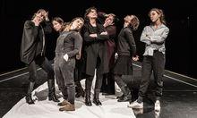 """Teamwork. Caroline Peters, Aenne Schwarz, Sarah Viktoria Frick, Barbara Petritsch, Maria Happel, Andrea Wenzl, Irina Sulaver (v.  l. n. r) ringen um die Balance zwischen gemeinsamem Ton und Individualität für die """"Orestie"""" in der Burg."""