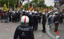 Durch Steinwurf Verletzter wird von Polizisten erstversorgt
