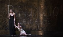 "Alexandra Deshorties als Elisabetta und Ilse Eerens als Matilde am Theater an der Wien in Rossinis ""Elisabetta, Regina D'Inghilterra""."