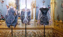 Ironisch-vulgäre Überspitzung im Zitat: Revival barocker Formen in jüngsten Kollektionen.