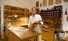 Walter Neubauer in seiner Geigenbauwerkstatt beim Wiener Stadtpark. Unter anderem betreut er die unweit angesiedelten Symphoniker.