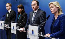 Schwedens Finanzministerin Magdalena Andersson (rechts) spricht mit Premier Stefan Lofven (2.v.r.)R), der stellvertretenden Ministerpräsidentin Asa Romson (2. v. l.) und Bildungsminister Gustav Fridolin (l.).