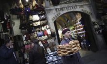 Anleihen aus Schwellenländern sind riskanter, werfen aber mehr ab. Auf dem Bild ein Straßenverkäufer auf einem Basar in Istanbul.